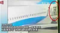 VIDEO: Nữ tiếp viên hàng không rơi khỏi máy bay