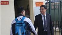 VIDEO cho ngày 20/11: thầy Hiệu trưởng đứng trước cổng trường chào đón học sinh