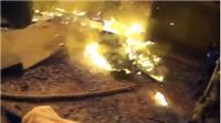 Video cảnh người cha tuyệt vọng ném con xuống từ tầng 3 tòa nhà cháy