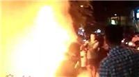 Xe đang chạy bốc cháy ngùn ngụt, người phụ nữ nhảy khỏi xe thoát nạn