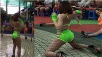 Phẫn nộ cảnh 4 cô gái mặc bikini nhảy uốn éo trước mặt trẻ con