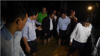 Thủ tướng Nguyễn Xuân Phúc đến phố cổ Hội An lội nước thăm hỏi người dân sau bão số 12
