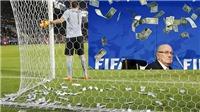 Bị ném tiền vào người, Donnarumma được gọi là 'truyền nhân' của Sepp Blatter