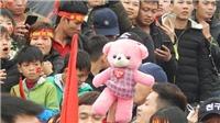 CĐV mang gấu bông, hoa đào tặng U23 Việt Nam