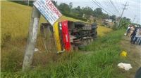 Xe buýt lật xuống ruộng làm 1 người chết, khoảng 20 người bị thương