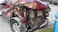 Xe bán tải tông xe bồn, 3 người bị thương nặng