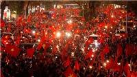 Video: Cờ đỏ sao vàng nhuộm đỏ Hà Nội sau chiến tích vĩ đại của U23 Việt Nam
