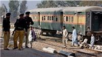 Tàu hỏa tốc hành tại Pakistan bị đánh bom, phá hủy một toa hành khách