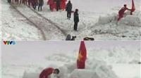 KHOẢNH KHẮC: Duy Mạnh cắm cờ Tổ quốc trên sân Thường Châu, cúi chào khi ra về