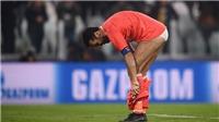 Buffon vô tư tụt quần ném lên khán đài, mặc quần lót trên sân