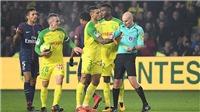 Sốc!!! Trọng tài vấp ngã, đá trả đũa rồi rút thẻ đỏ đuổi cầu thủ ở trận Nantes 0-1 PSG