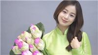 Bầu 5 tháng, Kim Tae Hee đẹp ngọt ngào khi mặc áo dài, ôm sen, chào fan Việt