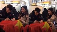 Hoa hậu Mỹ Linh bối rối khi gặp các cầu thủ U23, dù trước đó nhiệt tình 'thả thính'