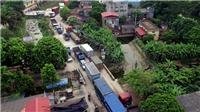 Choáng với cảnh xe tải, container 'chui' vào khu dân cư né trạm thu phí BOT Quốc lộ 5