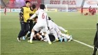 HLV Park Hang Seo cảm ơn Đức Huy và Hồng Duy sau khi thắng Qatar, lọt vào Chung kết