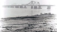 Người nước ngoài với cầu Long Biên