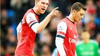 Arsene Wenger: 'Oezil, đừng sợ! Bergkamp từng đá hỏng penalty quan trọng trước Man United'
