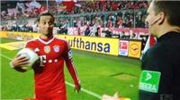 Thiago Alcantara phục lăn tài chơi bóng của... trọng tài biên