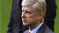 KHOẢNH KHẮC: Ramsey, Oxlade-Chamberlain cười khó hiểu trong khi HLV Wenger ôm đầu thất vọng