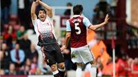 Chuyên gia Graham Poll: Hai quả phạt đền cho Liverpool đều chính xác. Carroll có thể đã 'hành hung' Mignolet