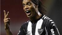 Ronaldinho lừa bóng khiến đối phương suýt 'đo sân'