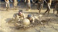 Xem người xưa luyện quân bằng cách vật cầu bùn