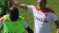 CẬP NHẬT tin sáng: Robben đánh đồng đội trên sân tập. Pháp vùi dập Jamaica. Eto'o đã chịu tới Brazil