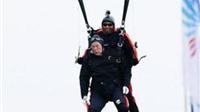 Nhảy dù mừng sinh nhật tuổi 90: Chỉ có thể là Cựu Tổng thống George HW Bush!