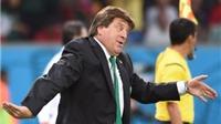 CHÙM ẢNH: HLV Mexico nhảy bổ vào Aguilar, bế Ochoa mừng chiến thắng