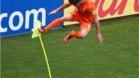 Cú đá kung-fu của Huntelaar theo cảm hứng của Van Gaal và De Jong