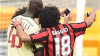 Balotelli vui vẻ 'selfie' cùng bộ đôi CĐV làm gián đoạn trận đấu