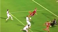 Bendtner ngã chổng vó khi định lập 'siêu phẩm' cho Đan Mạch