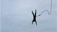 VIDEO: Sống sót thần kỳ dù rơi xuống từ độ cao 50 m