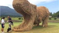 Khủng long rơm khổng lồ 'xâm chiếm' lễ hội mùa màng ở Nhật Bản
