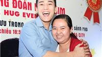 Fan nữ sung sướng ôm diễn viên Hứa Vĩ Văn