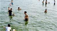 Nguy hiểm rình rập ở 'bãi tắm' Hồ Tây