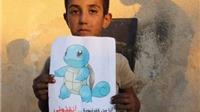 Trẻ em Syria cầm ảnh Pokemon chờ được giải cứu