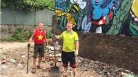 'Ông Tây móc cống' hì hục dọn rác ở Hồ Tây ngày lễ