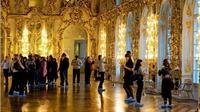 Người Nga choáng khi du khách Trung Quốc tiểu tiện trên sàn cung điện mùa Hè