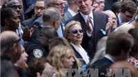 VIDEO: Khoảnh khắc bà Clinton loạng choạng vấp chân vào lề đường