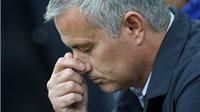 Tại sao Sir Alex có thể công khai chỉ trích cầu thủ, còn Mourinho thì không?