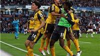 CĐV Arsenal như 'vỡ òa' sau bàn thắng MAY MẮN của Koscielny