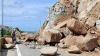Lở núi gây chia cắt giao thông tuyến đường ven biển Ninh Thuận