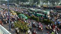 Xe container lật ngang đường gây tắc cửa ngõ phía Đông TP. Hồ Chí Minh
