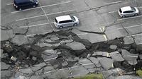 VIDEO: Rùng mình, hè phố nứt toác trong trận động đất, sóng thần Nhật Bản
