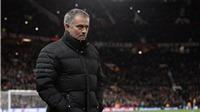Mourinho đang 'học theo' Sir Alex, TẨY CHAY phóng viên của Man United