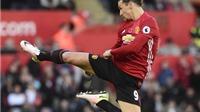Phil Jones bị chê tơi tả vì cố gắng tái hiện 'cú đá Karate' của Ibrahimovic