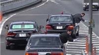 VIDEO 'bá đạo': Dàn cận vệ thủ tướng Nhật nhoài người khỏi xe để 'dẹp đường'