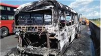 Xe khách cháy rụi trên cao tốc TP HCM - Trung Lương, 30 người thoát chết
