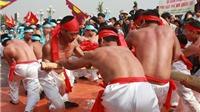 70 thanh niên cởi trần, thắt lưng nhiễu điều trình diễn trò chơi Kéo co